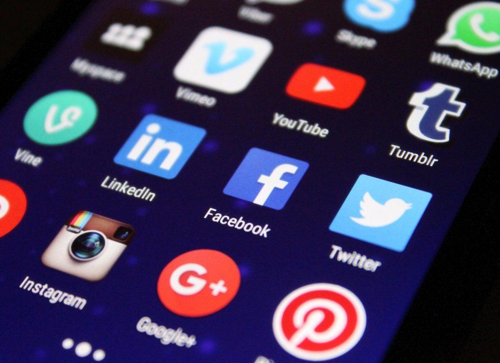 Smartphone avec application réseaux sociaux